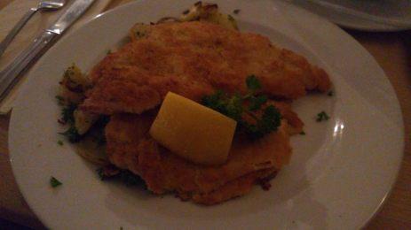Münchener Schnitzel Schweineschnitzel mit Senf-Meerrettich mariniert, in Butter gebraten, dazu Bratkartoffeln